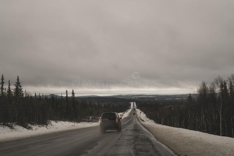 与长的车行道的美好的山风景 冬天高速公路 驾车在山路 免版税库存图片