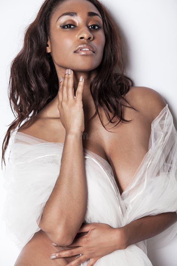 与长的头发的有吸引力的非裔美国人的模型 免版税库存照片