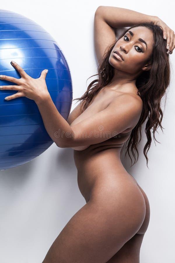 与长的头发的有吸引力的非裔美国人的模型 免版税图库摄影