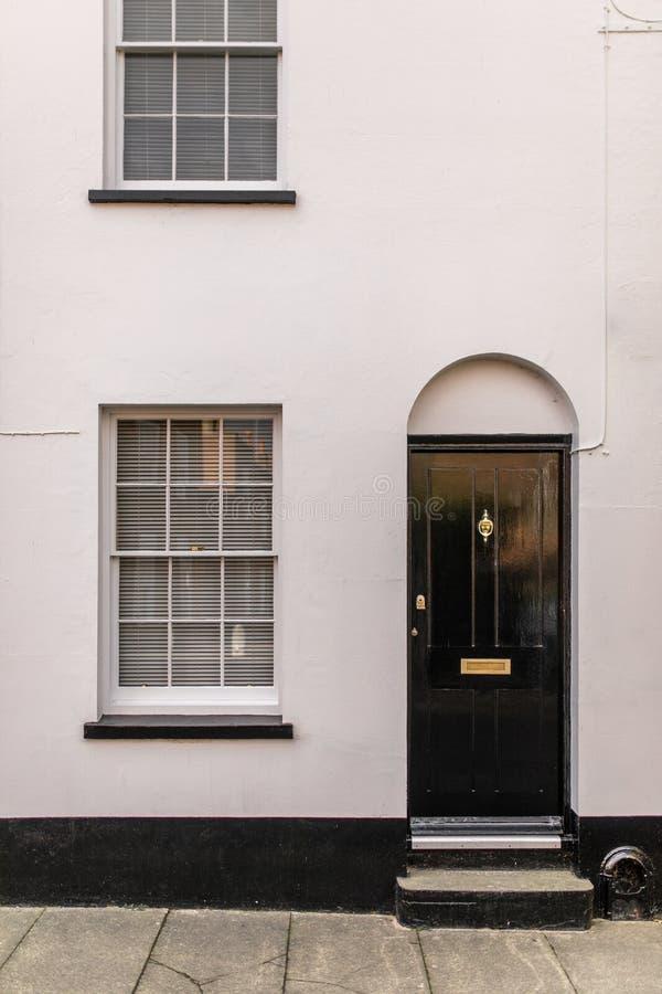 与门的经典英国房子从户外观看的门面和窗口 图库摄影