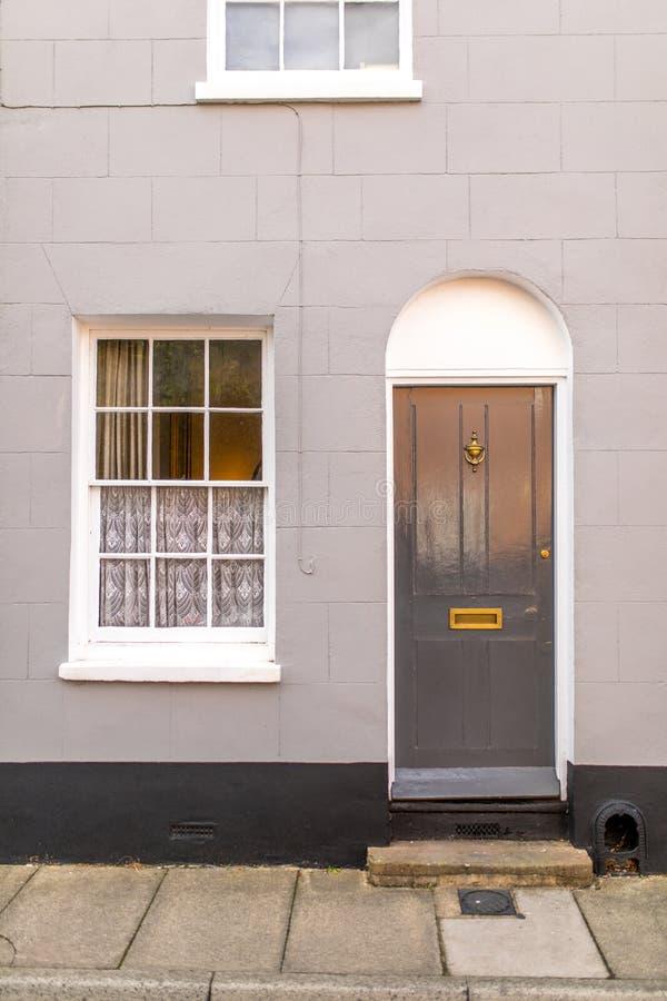 与门的经典英国房子从户外观看的门面和窗口 免版税库存图片