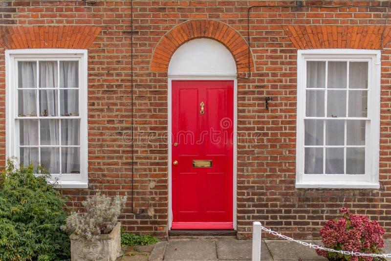 与门的经典英国房子从户外观看的门面和窗口 免版税图库摄影