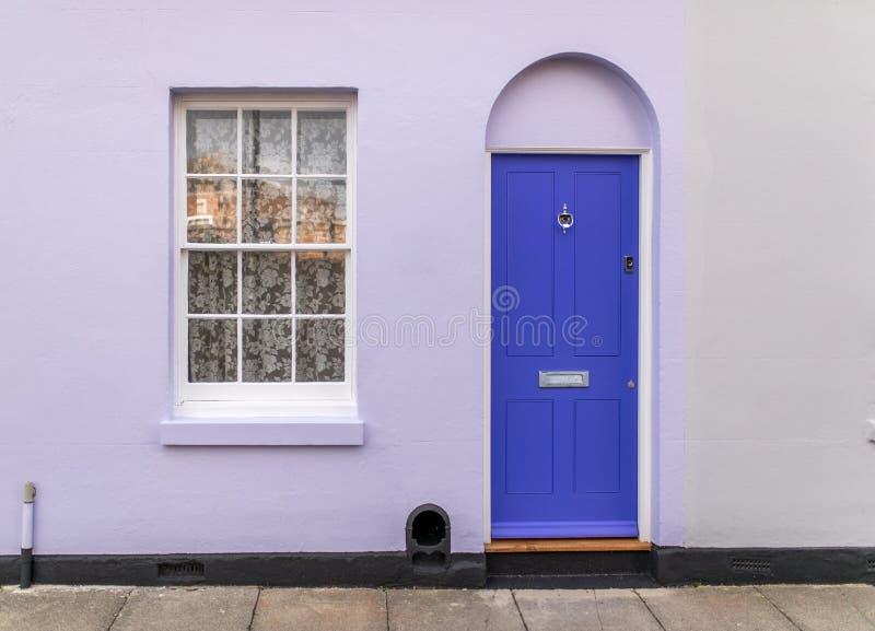 与门的经典英国房子从户外观看的门面和窗口 库存照片
