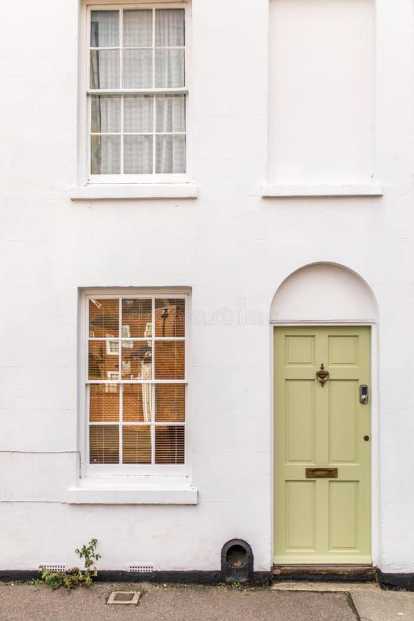 与门的经典英国房子从户外观看的门面和窗口 库存图片