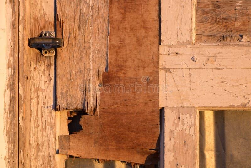 与门闩的老被风化的木门 库存图片