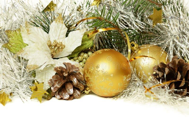 与闪亮金属片、锥体和人为一品红的圣诞节球 免版税库存图片