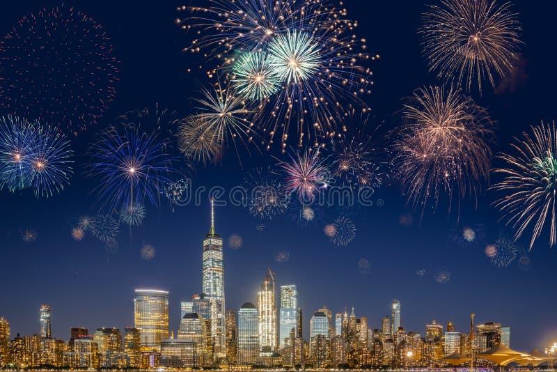 与闪动的烟花的纽约地平线 免版税库存照片