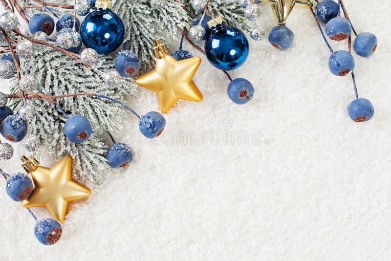 与闪烁中看不中用的物品、绿色Xmas树枝杈和新年装饰的美好的圣诞节背景 库存照片