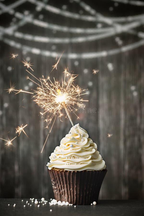 与闪烁发光物的杯形蛋糕 免版税库存图片