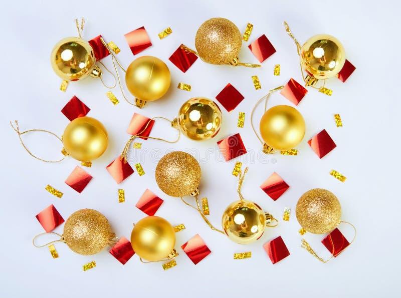 与闪烁圣诞节金黄球的样式在一白色backgrou 免版税图库摄影