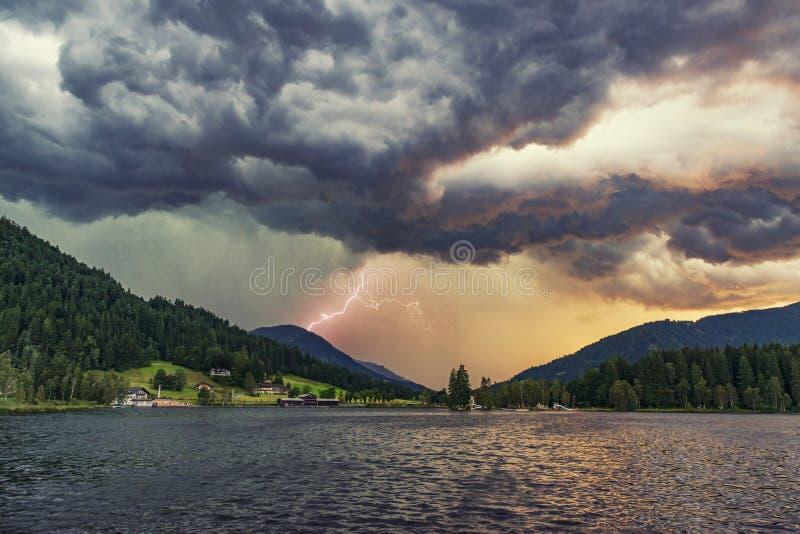 与闪电和大雨的剧烈的雷暴 免版税库存图片