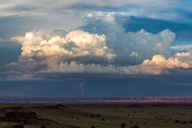 与闪电接近的遥远的雷暴 免版税库存照片