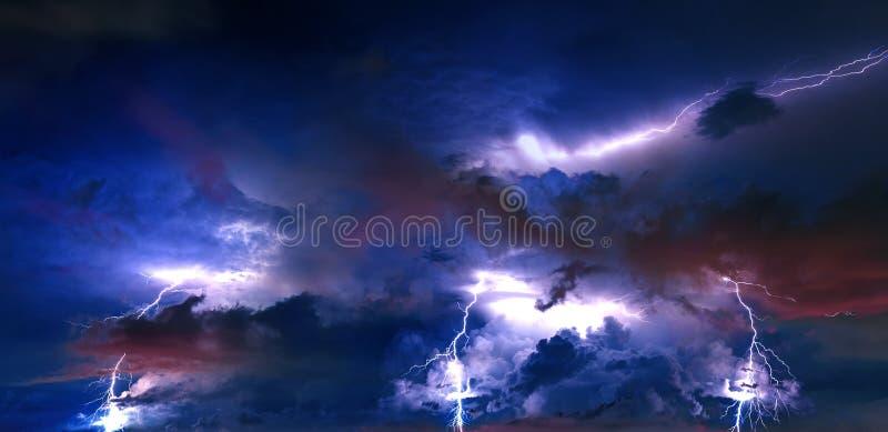 与闪电的雷暴云彩在晚上 免版税库存图片
