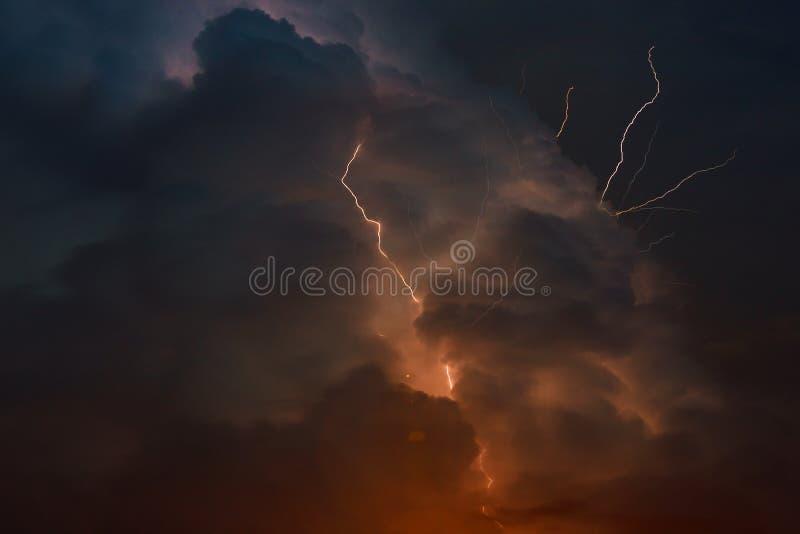 与闪电闪电多把叉子的雷暴刺穿夜空 免版税库存照片