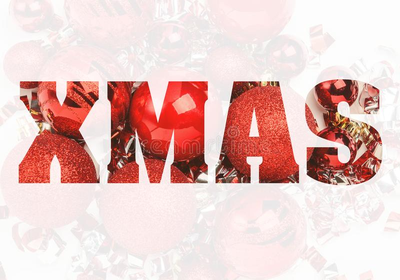与闪闪发光、五彩纸屑和飘带的发光的红色圣诞节球有白色背景 背景圣诞节新年度 向量例证