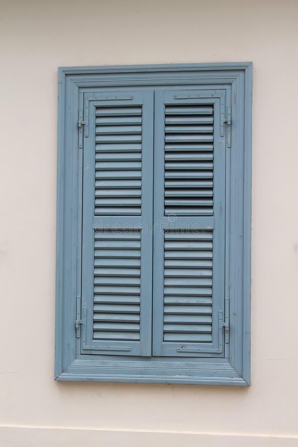 与闭合的快门的木窗口 免版税库存照片