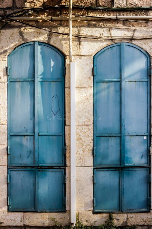与闭合的快门窗口的老turquois和透雕细工美好的葡萄酒背景 免版税库存图片