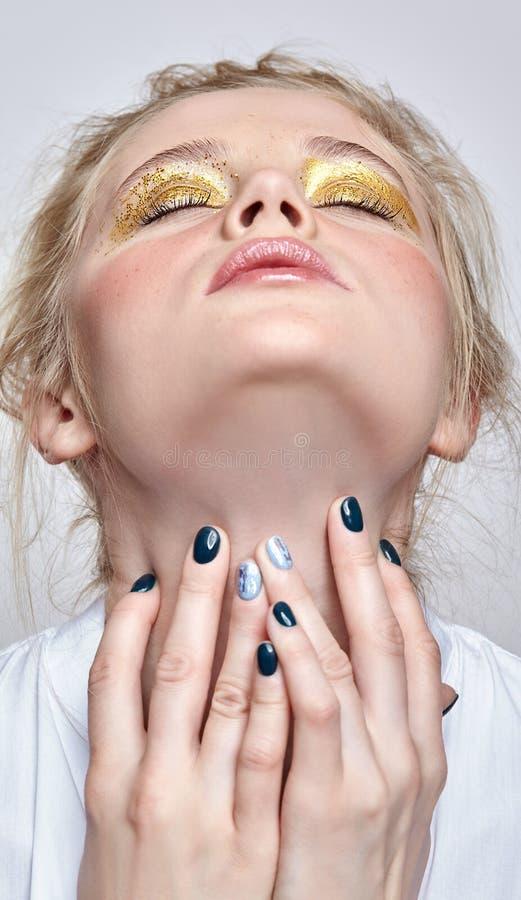 与闭合的眼睛和手的女性面孔在脖子附近 库存照片