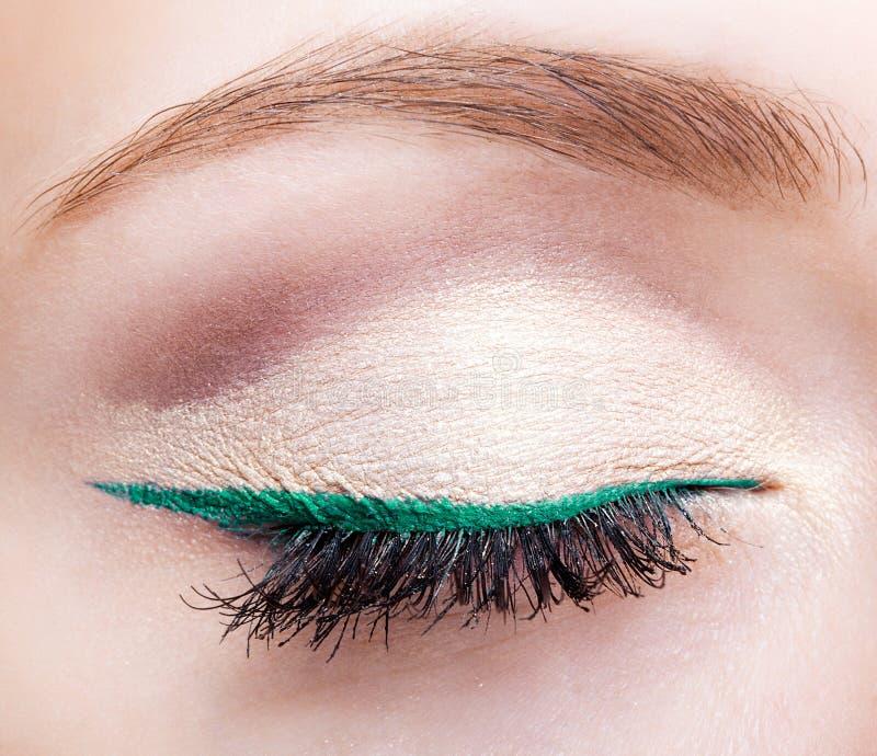 与闭合的眼睛和绿色眼线膏的女性面孔构成 免版税库存照片