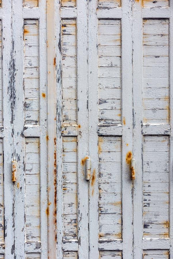与闭合的米黄木快门的窗口 库存照片