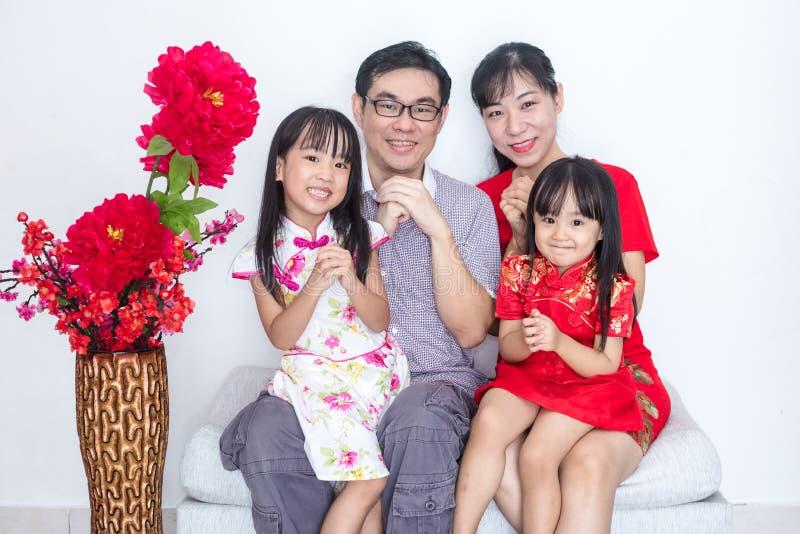 与问候姿态的亚洲中国家庭庆祝为脊椎的 库存照片