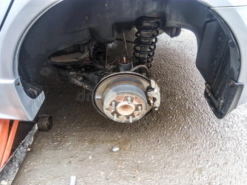 与闸圆盘和制动靴的插孔 汽车的曲拱有被去除的轮子的 图库摄影