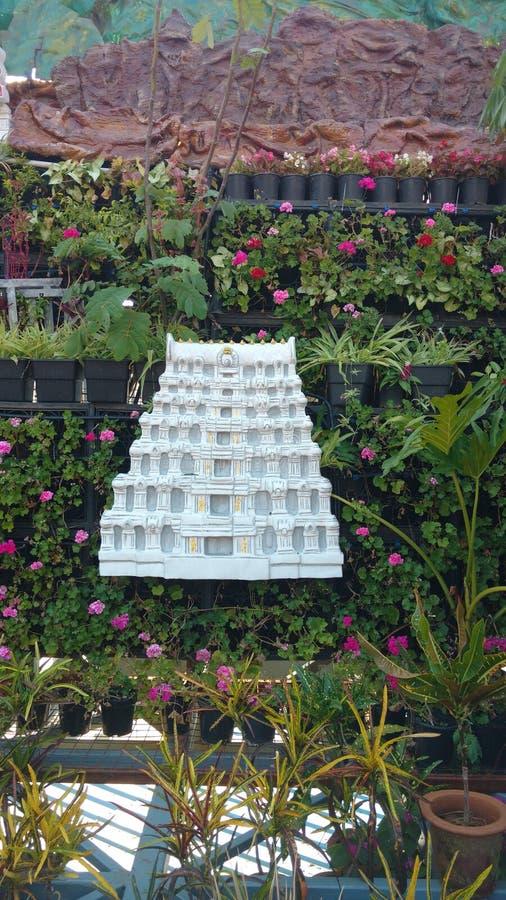 与阁下venkateswara寺庙模型和绿叶的室外集合 库存图片