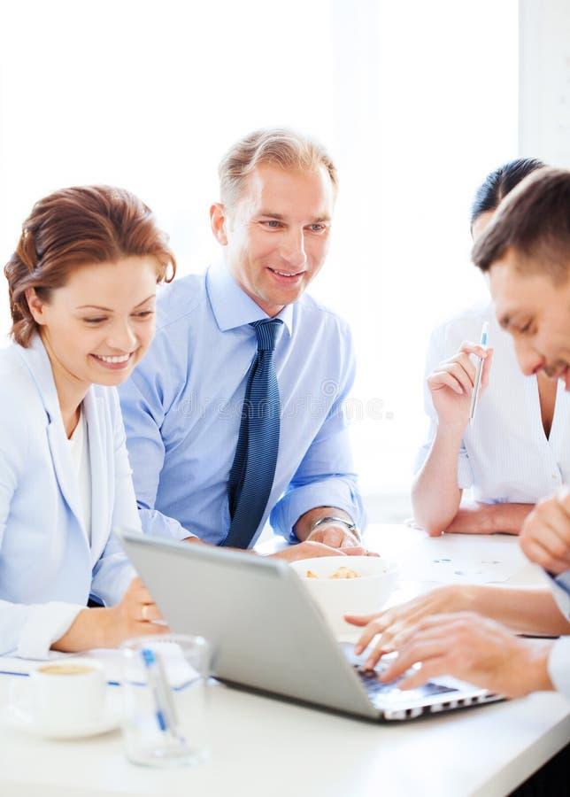 与队的商人在会议在办公室 免版税图库摄影