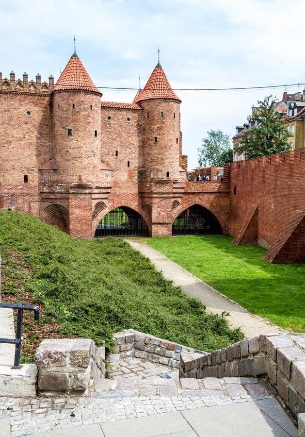 与防御塔的中世纪城堡在华沙,波兰 免版税库存照片