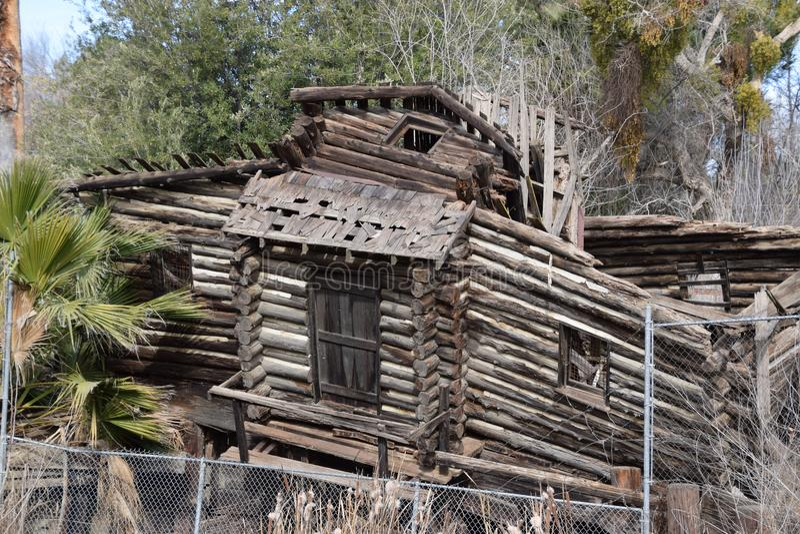 与防护金属篱芭的下落的原木小屋,牡鹿公园,倍克斯城,加州 库存照片