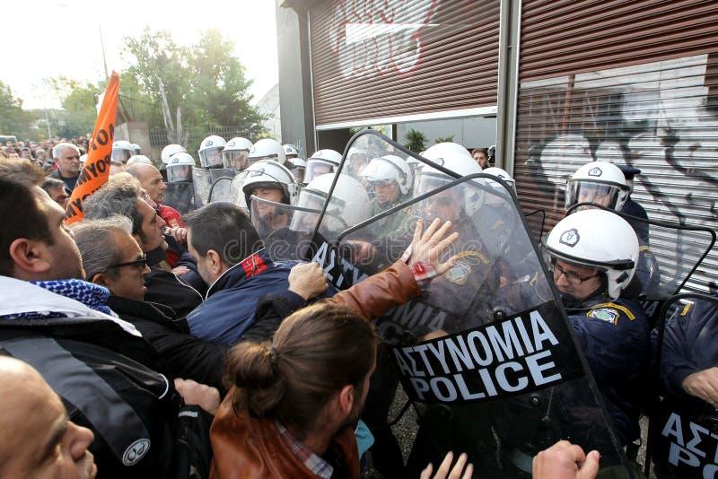 与防暴警察的市政工作者碰撞 库存图片