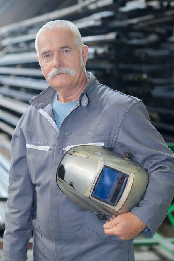 与防毒面具的画象更旧的男性钢铁工人焊接 免版税库存照片