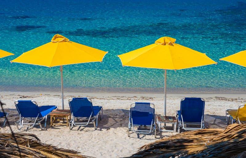 与阳伞和躺椅的风景 库存图片