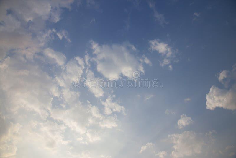 与阳光由后照的云彩的天空 免版税库存图片
