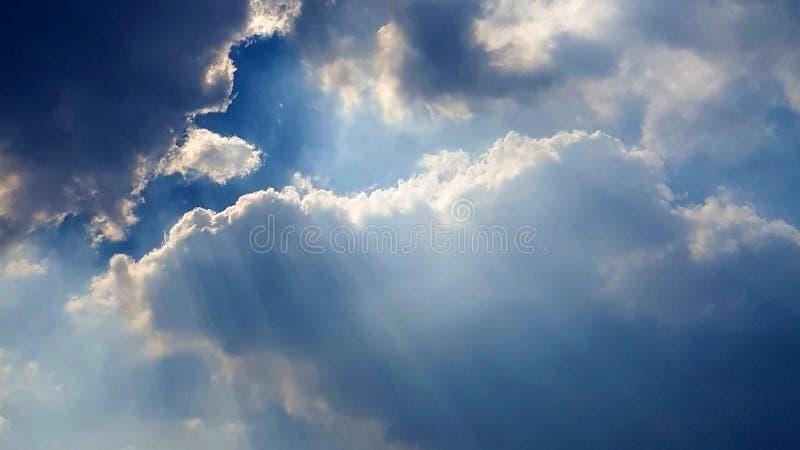 与阳光的美妙的cloudscape 免版税库存照片