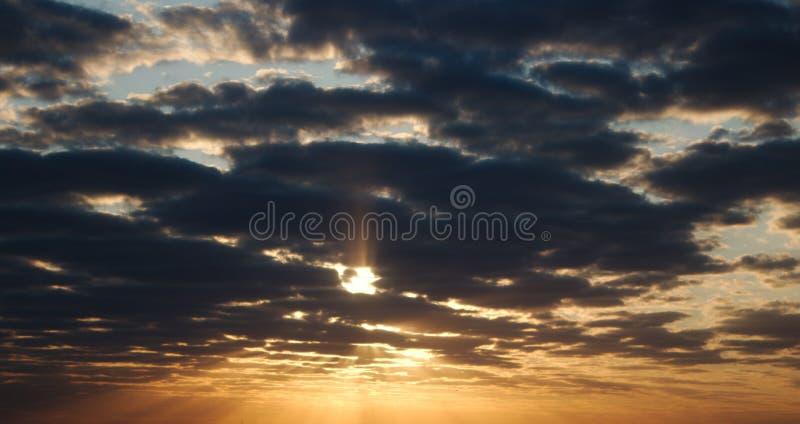 与阳光的黄色蓝色日出天空 美好的早晨 库存照片