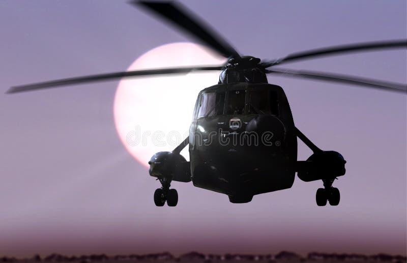 与阳光的直升机飞行 库存图片