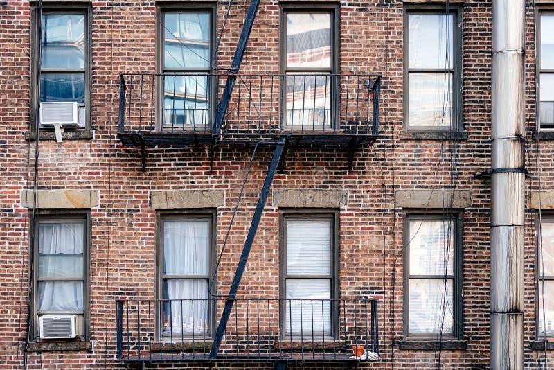 与阳台和防火梯的老砖瓦房 库存照片
