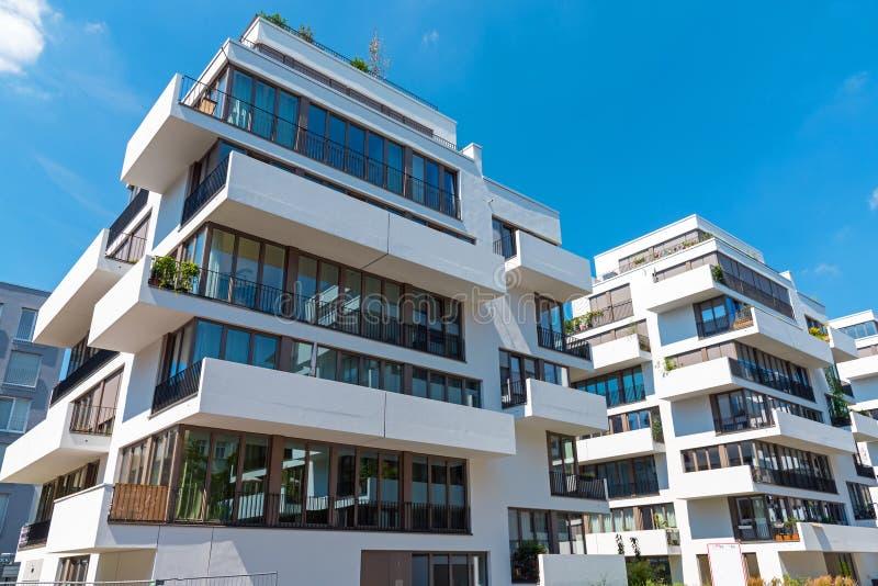 与阳台的现代连栋房屋室内设计秀别墅图片