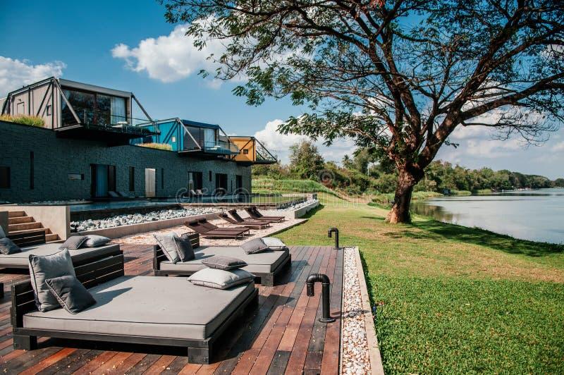 与阳台的美丽的现代顶楼假期由Th的别墅和水池 免版税库存图片