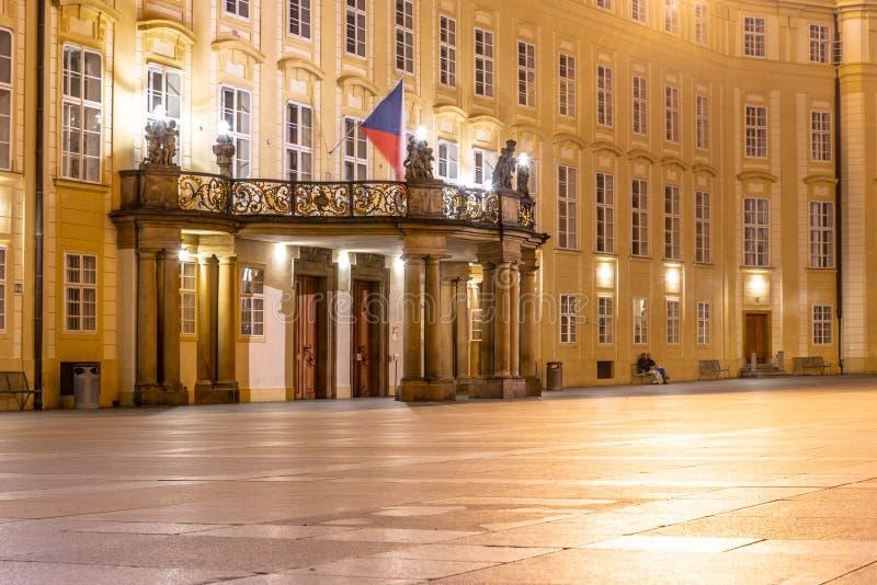 与阳台的进口布拉格城堡档案的第三个庭院的在夜,布拉格,捷克之前 免版税库存图片