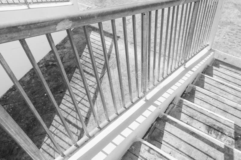 与阴影的台阶具体和钢扶手栏杆 免版税图库摄影
