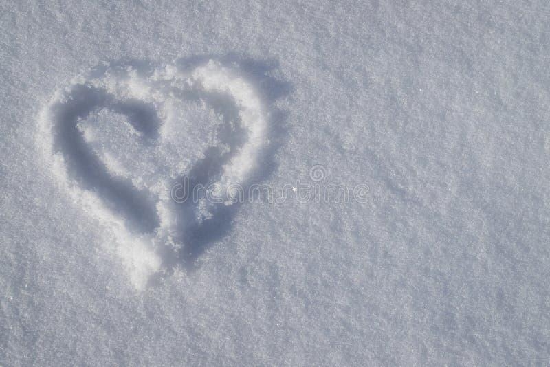与阴影的图画心脏在雪 免版税库存照片