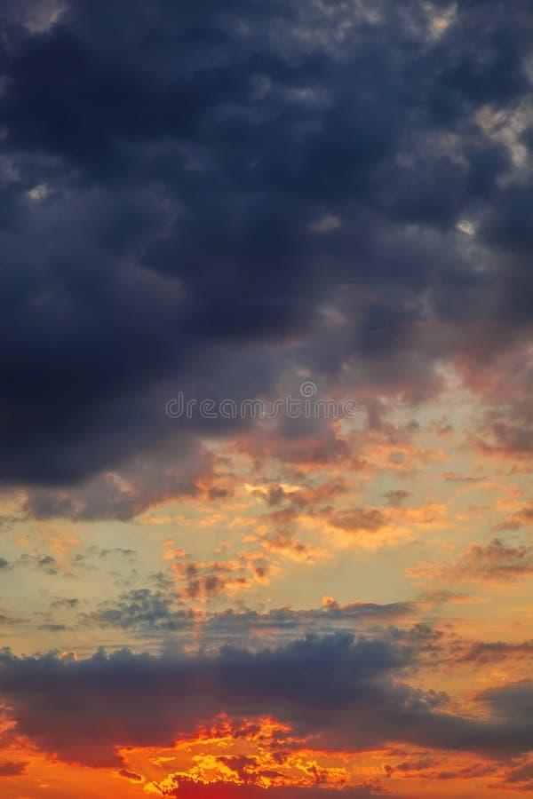与阴沉的暴风云的黑暗的剧烈的天空 免版税图库摄影