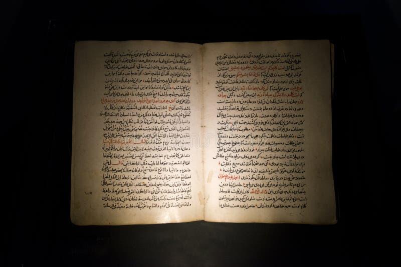 与阿拉伯文本的老古老书 库存照片