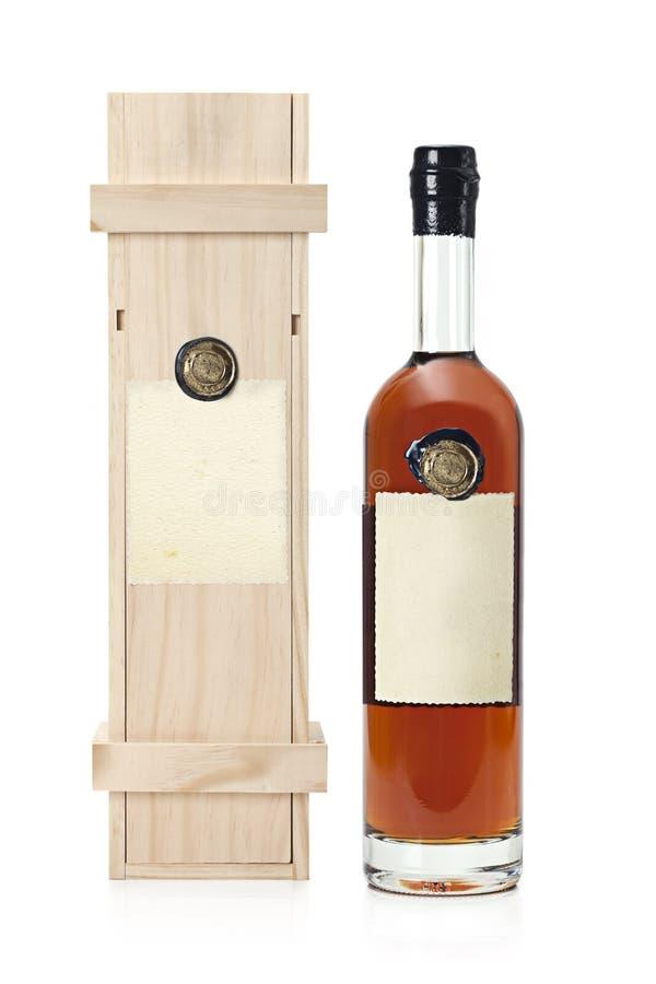 与阿曼那白兰地瓶的木案件 免版税库存图片