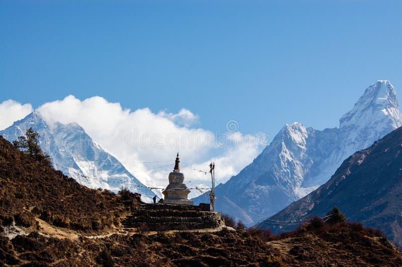 与阿马Dablam的佛教stupa 免版税库存图片