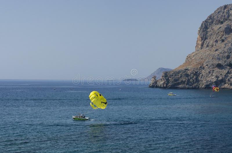 与降伞的地中海海景有一张兴高采烈的面孔的 免版税库存图片