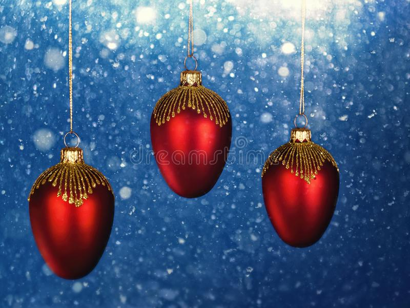 与降雪的圣诞装饰作为背景 免版税图库摄影