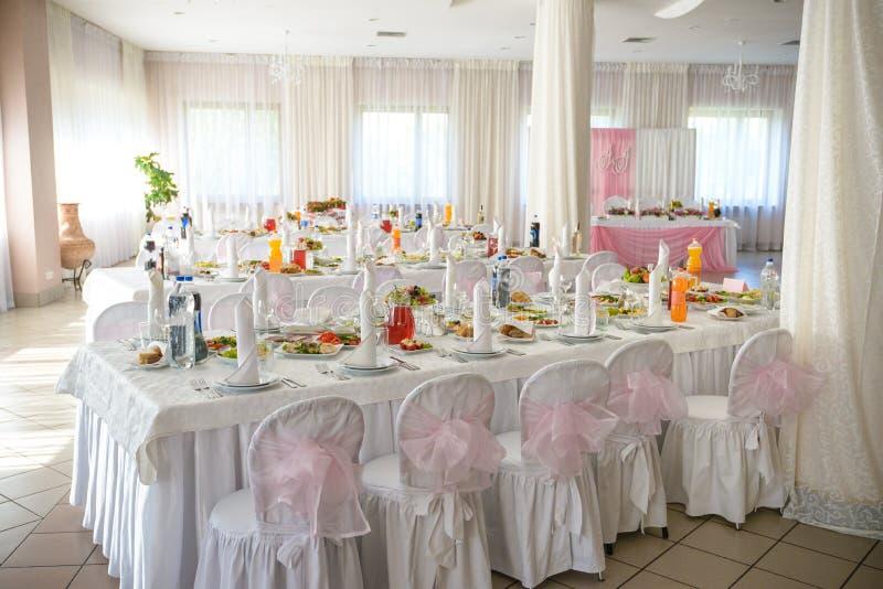 与陶器和花的美好的桌设置党、结婚宴会或者其他欢乐事件的 玻璃器皿和利器为 库存图片